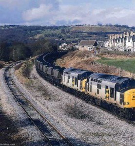 Train_passing_through_Trelewis_from_Bedlinog_area